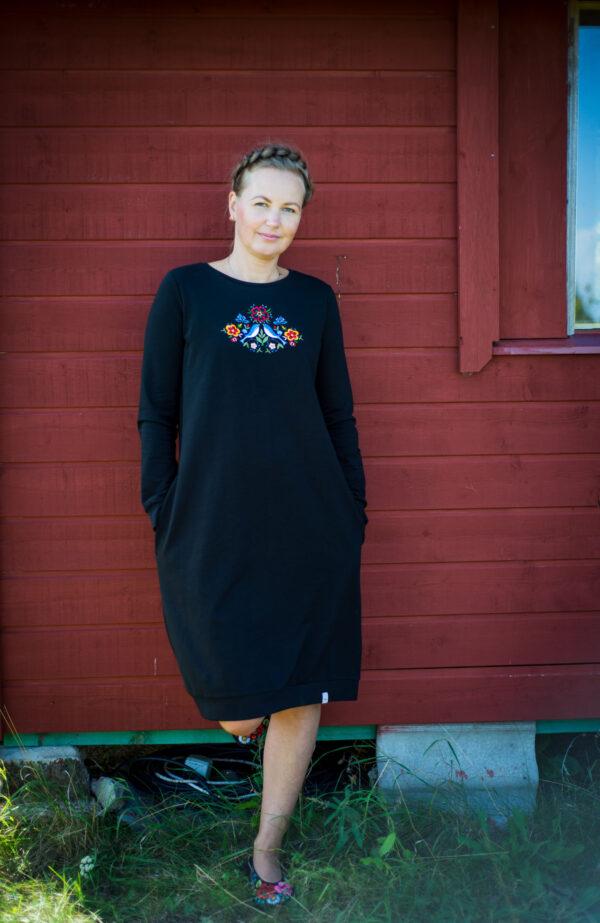 Must dresskleit tikandiga