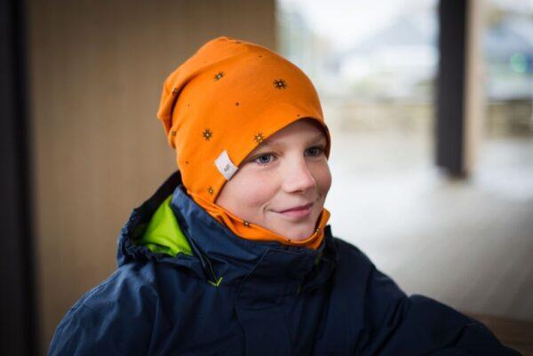 Oranž Muhu männa mustriga müts